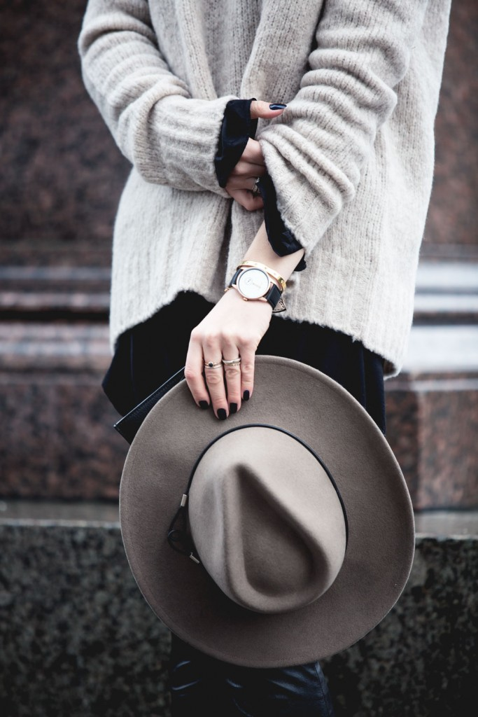 Outfit_Flared-Leather-Pants-Edited-X-Lena-Terlutter-Knit-10