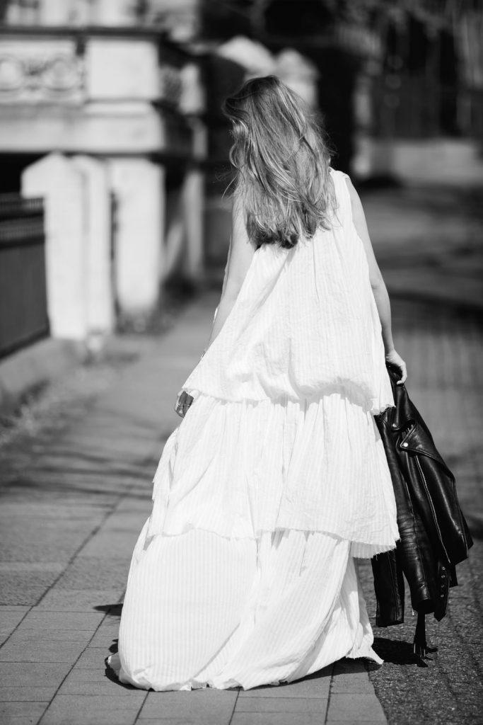 Sancarolin-Streetstyle-Replay-Weißes-Kleid-Volantkleid-Dobby-bw
